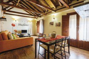 apartamento toledo5 1 300x200 - Ático abuhardillado junto a la Catedral - Toledo Ap Alojamientos turísticos